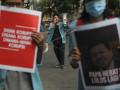 Sejumlah mahasiswa membawa poster Setya Novanto saat menggelar aksi unjuk rasa di Solo, Jawa Tengah, Senin (9/10). Mereka memberikan dukungan kepada Komisi Pemberantasan Korupsi (KPK) untuk terus mengusut tuntas kasus korupsi KTP-el dan tidak menjadikan pembatalan status tersangka Setya Novanto sebagai penghambat penyelesaian kasus tersebut. ANTARA FOTO/Maulana Surya