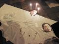Sejumlah pegiat anti korupsi melakukan penandatanganan saat aksi dukung Komisi Pemberantasan Korupsi (KPK), di Padang, Sumatera Barat, Senin (2/10) malam. Aksi dukung KPK merupakan kepedulian mahasiswa dan pegiat anti korupsi di Sumatera Barat atas bebasnya Ketua Dewan Perwakilan Rakyat Setya Novanto dari status tersangka dalam kasus KTP elektronik pada praperadilan dan meminta Komisi Yudisial memeriksa hakim Cepi Iskandar. ANTARA FOTO/Muhammad Arif Pribadi