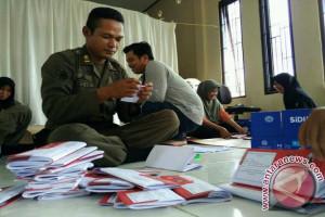 Satpol PP Kotim Dikerahkan Melipat Surat Suara Pilkades
