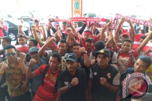 Puluhan Suporter Kalteng Putra FC Sambut Kedatangan Rivaldi Cs