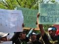 Ratusan buruh dari Federasi Serikat Pekerja Metal Indonesia (FSPMI) Bintan meminta kenaikan upah minimum kabupaten/kota (UMK) jika pemerintah tetap menaikkan bahan bakar minyak saat berunjuk rasa di Kantor Gubernur Kepulauan Riau (Kepri) di Tanjungpinang, Kepri, Rabu (21/3). Kenaikan BBM menurut buruh akan menurunkan daya beli buruh jika UMK tidak naik seiring naiknya BBM. FOTO ANTARA. (kepri.antaranews.com/Henky Mohari/rd)