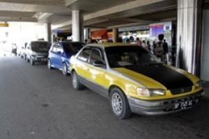 """""""Taksi"""" Plat Hitam Beroperasi di Hang Nadim"""