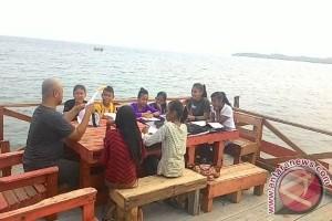 Ardiansyah Ajari Anak Wisata Benan Bahasa Inggris