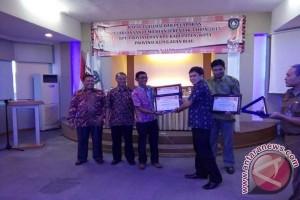 KPU Lingga Terima Dua Penghargaan