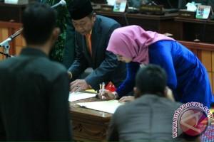 Pelantikan Syarifah elvyzana dan Asep Nurdin sebagai anggota DPRD Kepri