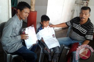 LMB Karimun Sumbang Seragam Siswa Pedalaman