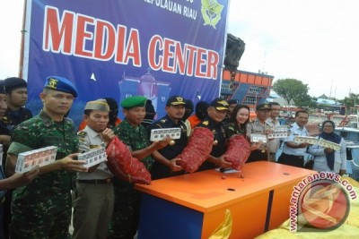 Riau Islands Foils User-Clothes Smuggling From Malaysia