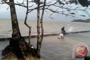 Pesisir Utara Pulau Batam Diterjang Gelombang Tinggi