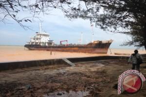 Kapal Tanker Terdampar di Pantai Bemban Batam