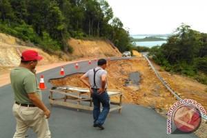Jalan Longsor Sungai Tenam Diperbaiki