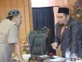 Anggota Fraksi Gerindra Zainuddin Ahmad berkonsultasi dengan Wakil Ketua II Bakti Lubis. (foto: Setwan DPRD Karimun)