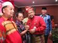 Wali Kota Tanjungpinang Lis Darmansyah salam komando dengan ketua RT. (foto: istimewa)