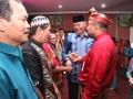 Ketua RT/RW bergantian menerima insentif dari Wali Kota Tanjungpinang Lis Darmansyah. (foto: istimewa)