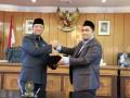 Wakil Bupati Karimun Anwar Hasyim dan Wakil Ketua II DPRD Karimun Bakti Lubis salam komando tanda sepakat untuk memberlakukan Peraturan Daerah (Perda) tentang Pengelolaan Pendidikan.