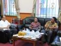 Sekretaris DPRD Karimun Zifridin (kiri) berbincang dengan rombongan Ketua DPRD Bintan yang melakukan kunjungan kerja ke DPRD Karimun.