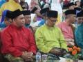 DPRD Karimun, Provinsi Kepulauan Riau memperkuat perannya sebagai lembaga wakil rakyat yang memiliki fungsi legislasi, penganggaran dan pengawasan.  Pelaksanaan tiga fungsi itu diimplementasikan dengan berbagai ragam dan bentuk kegiatan, mulai dari rapat paripurna membahas rancangan peraturan daerah, rapat pansus-pansus, rapat bamus hingga inspeksi ke lapangan.  Beberapa kegiatan dan agenda yang dilaksanakan selama April 2017, seperti rapat pansus LKPj Bupati Karimun 2016, rapat lintas-komisi membahas hasil inspeksi ke beberapa perusahaan, rapat pansus Ranperda Bangunan Gedung, sidak ke perusahaan PT Timah, hingga menghadiri undangan beberapa kegiatan. (foto: Humas DPRD Karimun, narasi: Rusdianto)  Keterangan foto: Wakil Ketua II DPRD Karimun Bakti Lubis (kiri) bersama anggota DPRD Provinsi Kepri Iskandarsyah menghadiri acara pembukaan MTQ tingkat Kabupaten Karimun di Stadion Badang Perkasa, Kecamatan Meral Barat.