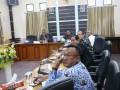 Sejumlah anggota dewan mengikuti rapat Ranitia Khusus (pansus) yang membahas Rancangan Peraturan Daerah tentang Bangunan Gedung. Ranperda ini menyempurnakan Perda Izin Mendirikan Bangunan (IMB) yang diharapkan menjadi payung hukum dalam tata ruang dan permukiman di Kabupaten Karimun, Kepulauan Riau.