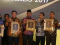 Wali Kota Tanjungpinang Lis Darmansyah menerima penghargaan Yokatta Golden Awards 2017 dalam kategori Komunikasi Publik,