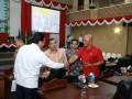 Gubernur Kepri Nurdin Basirun berjabat dengan anggota DPRD Kepri Ery Suwandi usai menyampaikan Rancangan Peraturan Daerah tentang Perubahan Perda Retribusi Daerah dan Pajak Daerah. (foto: Humas DPRD Kepri)