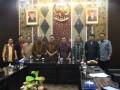 Foto bersama usai rapat dalam studi banding di Jawa Timur, terkait pembahasan Ranperda tentang Perubahan Perda Pajak Daerah dan Retribusi Daerah. (foto: Humas DPRD Kepri)