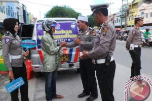 Satlantas Polres Karimun Bagikan Takjil kepada Pengendara