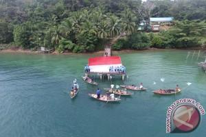 Bendera Tujuh Meter Terbentang di Pemukiman Suku Laut