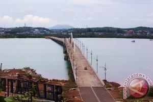 Peserta Gerak Jalan Melewati Jembatan Belum Diresmikan