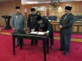 Wakil Ketua I DPRD Azmi SE membubuhkan tanda tangan.