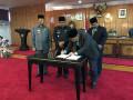 Wakil Ketua II DPRD Karimun Bakti Lubis SH membubuhkan tanda tangan.