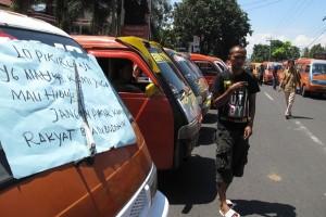 Sopir angkot paksa  penumpang taksi daring turun