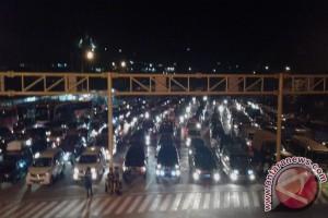 Kendaraan pemudik antre empat jam di Pelabuhan Merak