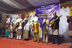 Mahasiswi AS Mainkan Gitar Klasik Lampung