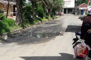 Pengguna Kendaraan Keluhkan Kerusakan Jalan Pasar Bandarjaya
