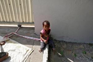 Saat bekerja, buruh miskin India terpaksa ikat bayinya