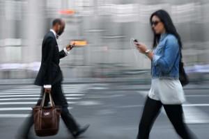 Ratusan dilarikan ke RS karena gunakan ponsel di jalan