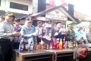 Ribuan botol minuman keras di Lampung Timur dimusnahkan