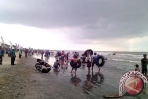 Warga Lamtim padati objek wisata pantai