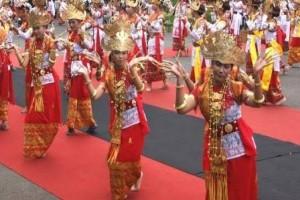 Tarian Lampung Andalan Bandarlampung pada Pawai Apeksi -