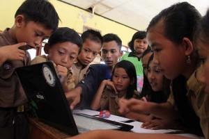 Mahasiswa PKPM IBI Darmajaya Latih Komputer Siswa SD