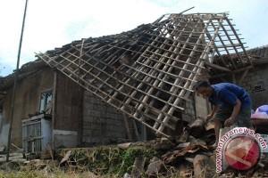 Angin Puting Beliung Rusak Belasan Rumah