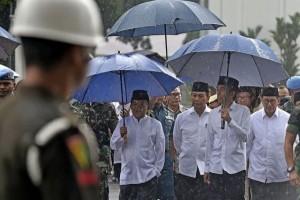 Cerita Di Balik Payung dan Sandal Biru Presiden Jokowi