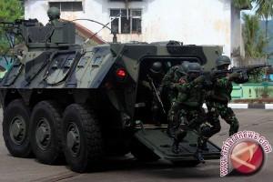 Presiden uji coba panser Anoa di Rapim TNI