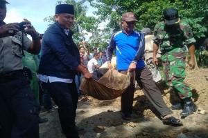 Bupati Lampung Tengah Timbun Jalan Rusak Bersama Warga