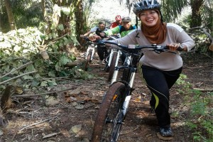 Bupati Lampung Timur Bersepeda Tinjau Gerem Pawiki