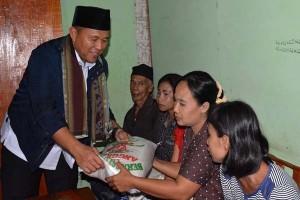 Lampung Tengah Beri Bantuan Beras Lansia-Janda