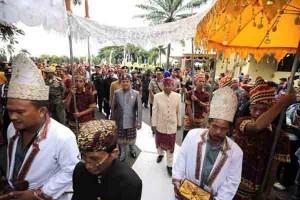 Prosesi Adat Warnai Rapat Paripurna HUT Lampung