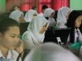 Suasana siswa-siswi Sekolah Menengah Kejuruan (SMK) 3 Bandar Lampung, Lampung saat mengikuti Ujian Nasional Berbasis Komputer (UNBK) di hari pertama, Senin (3/4). Tahun ini sebanyak 42.219 siswa SMA/SMK terdaftar mengikuti Ujian Nasional (UN) dan hanya 509 Sekolah yang siap mengikuti Ujian Nasional Berbasis Komputer (UNBK) di Lampung.(ANTARA Lampung/Ardiansyah/yoks).