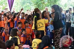 Bupati Lampung Timur Bagikan Buku untuk Pelajar