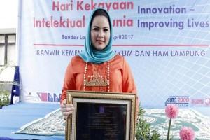 Ketua Dekarnasda Lampung Dapat Penghargaan Penggiat Intelektual