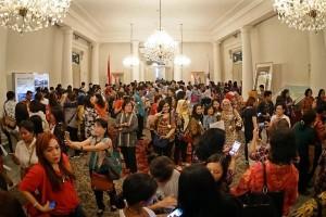 Ribuan warga antre untuk foto bersama Ahok